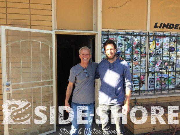 Manu en compagnie de Gary Linden le shaper et rider de légende, chez lui.